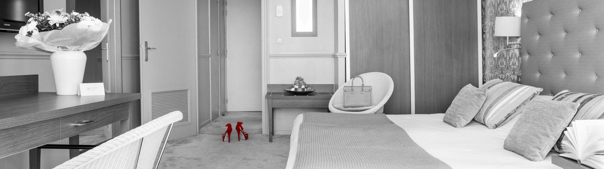 Photo noir et blanc d'une chambre de l'hôtel Le Royal à Nice