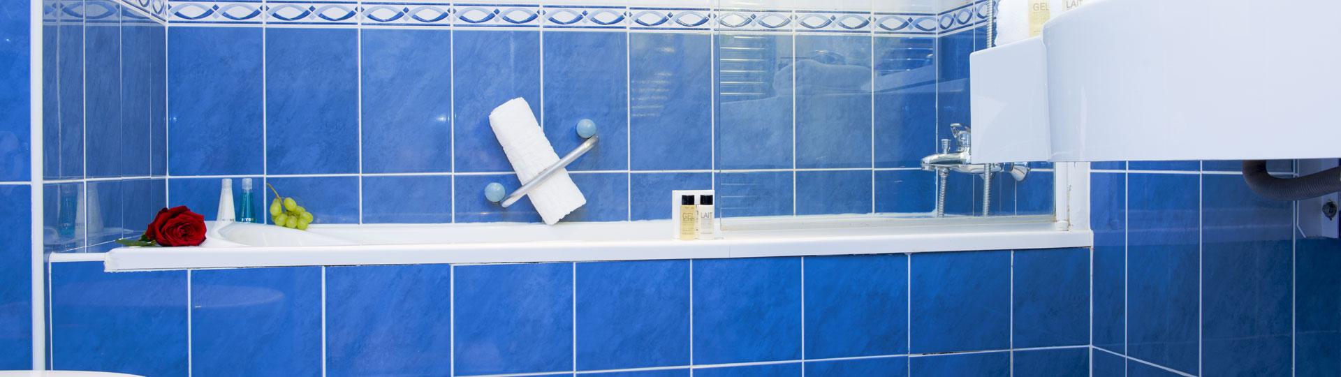 Salle de bain d'une chambre de l'hôtel Le Royal à Nice