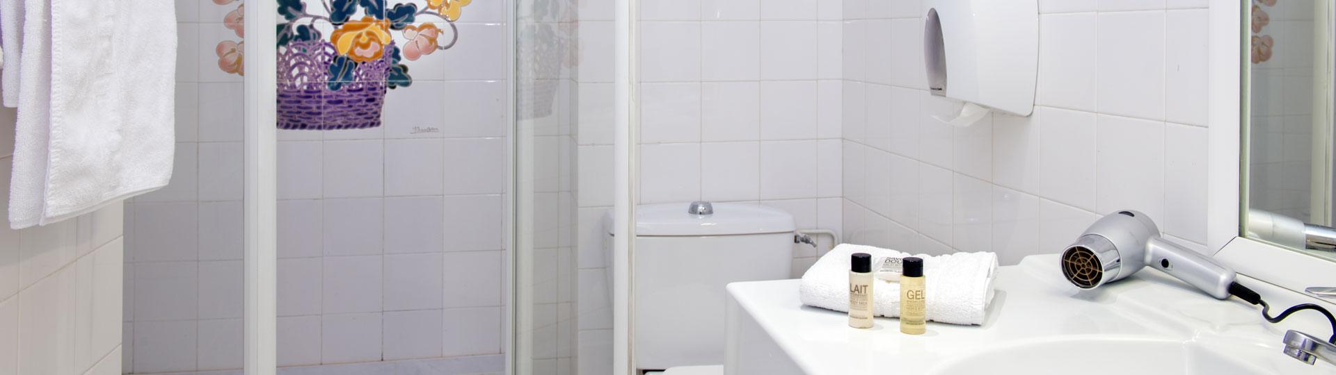 Salle de bain d'une chambre single de l'hôtel Le Royal à Nice