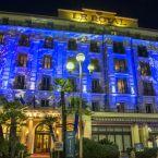 Façade illuminée en bleu de l'hôtel Le Royal à Nice