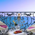 Apéritif au balcon d'une chambre vue sur mer de l'hôtel Le Royal à Nice