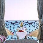 Chambre vue sur la baie des anges de l'hôtel Le Royal à Nice