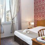 Chambre de l'hôtel Le Royale vue ville à Nice