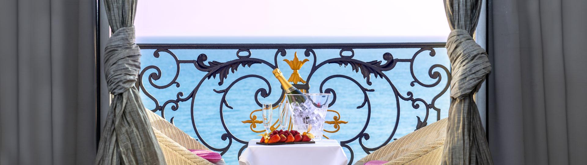Balcon d'une chambre vue sur mer de l'hôtel Le Royal à Nice