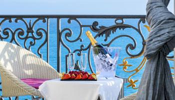 Apéritif face à la mer sur le balcon d'une chambre de l'hôtel Le Royal à Nice