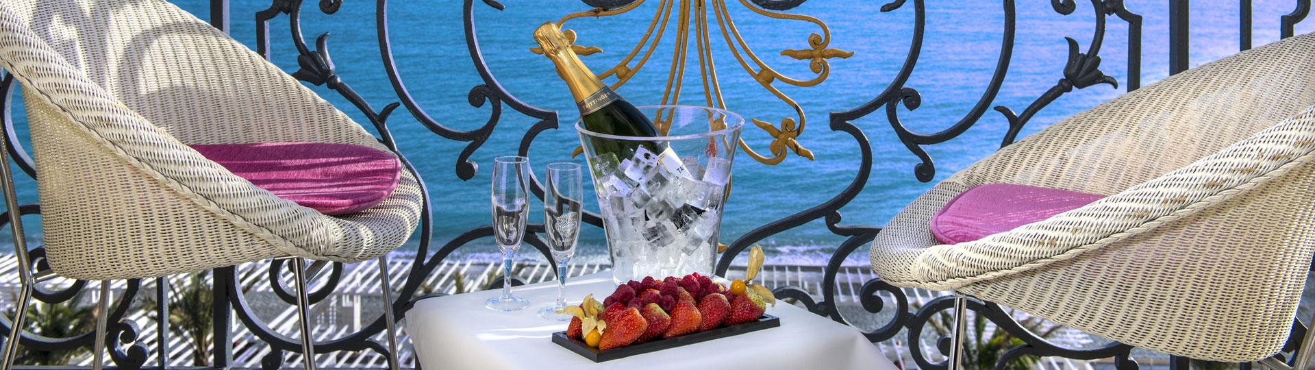Fruits et champagne sur le balcon d'une chambre double, twin de l'hôtel Le Royal à Nice