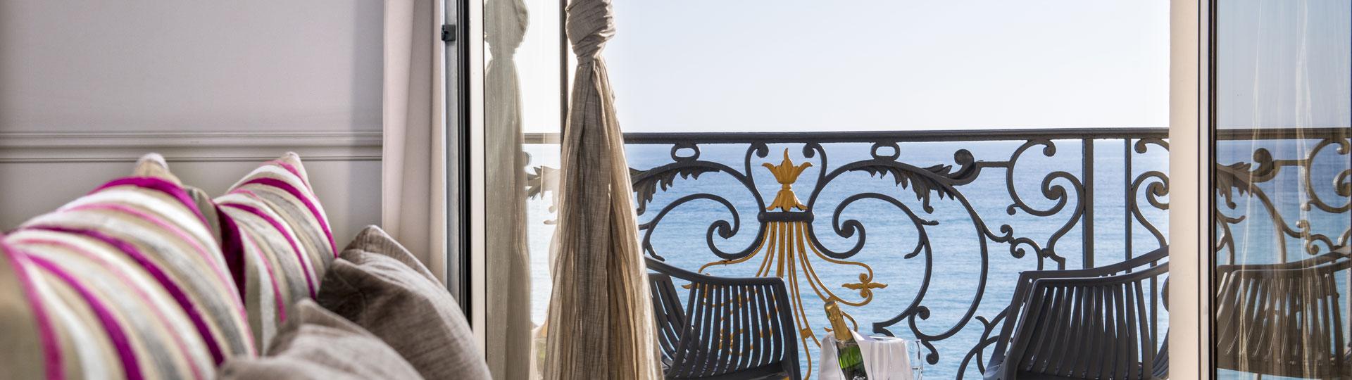 Chambre double vue sur mer de l'hôtel*** Le Royal à Nice