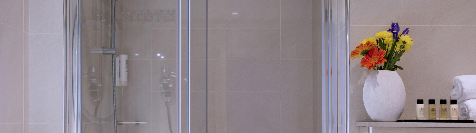 Douche d'une chambre double, twin vue sur mer de l'hôtel Le Royal à Nice