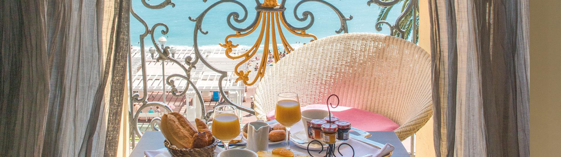 Petit déjeuner sur le balcon de la chambre executive vue mer de l'hôtel Le Royal à Nice