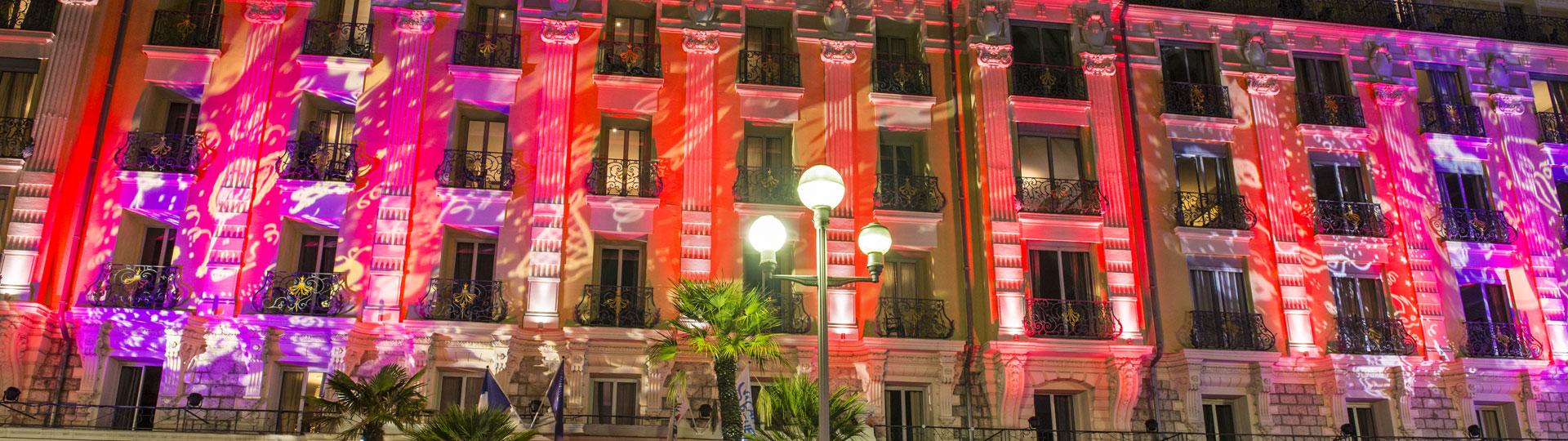 Façade illuminée de l'hôtel Le Royal durant le carnaval de Nice