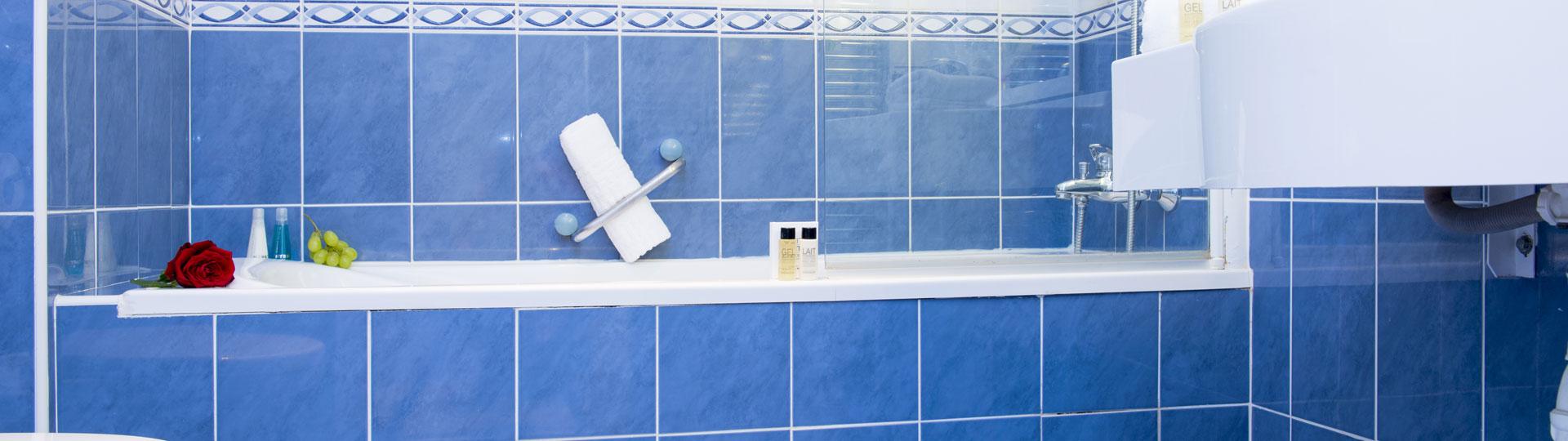 Salle de bain de la chambre privilège vue mer de l'hôtel Le Royal à Nice