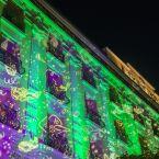 Façade illuminée en vert de l'hôtel Le Royal à Nice